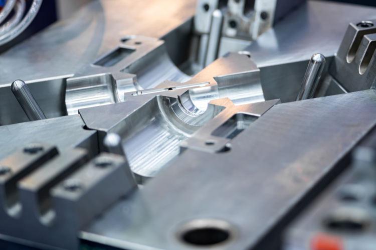 ¿Cómo funcionan los moldes para inyección a presión?
